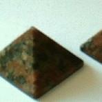 Granit pyramide – lille